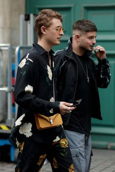 Eva Al Desnudo captures London's street style at its most eccentric, with high-end pieces such as the Prada shirt, McDonalds and Leo. Fashion Week, Look Fashion, Mens Fashion, Pretty Men, Style And Grace, Stylish Men, Look Cool, Gq, Street Wear