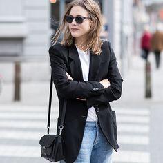 Look casual com jeans e camiseta sobreposta por um blazer preto.