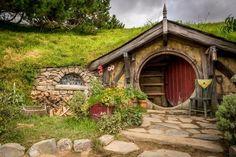 En guidad utflykt till Hobbiton i Sagan om Ringen och The Hobbit Fairy Houses, Play Houses, Petits Cottages, Casa Dos Hobbits, New Zealand Art, Root Cellar, Underground Homes, Earth Homes, Cabana
