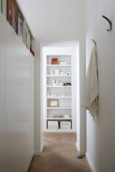 How To Declutter Your Life. How to get rid of clutter. Professional organiser Sophie March of The Order Restorers offers her top decluttering tips - interiors on HOUSE by House & Garden Feng Shui And Clutter, Country Living Decor, Feng Shui Bedroom, Feng Shui Hallway, Feng Shui Tips, Feng Shui Flat, Declutter Your Life, Minimalist Home Interior, Bathroom Furniture