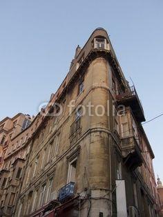 Historisches Eckhaus im Galataviertel in Istanbul Beyoglu am Bosporus in der Türkei
