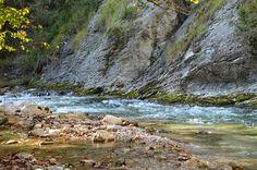 So farbenfroh geschmückt mit buntem #Laub schlängelt sich der #Fluss durch den #Herbst