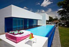 oberirdischer Swimmingpool mit Glaswand und kleine Terrasse