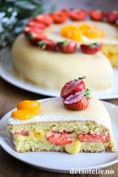 Marsipankake med appelsinkrem, mandariner og jordbær   Det søte liv Cheesecake, Baking, Desserts, Food, Pies, Tailgate Desserts, Deserts, Cheese Pies, Bakken