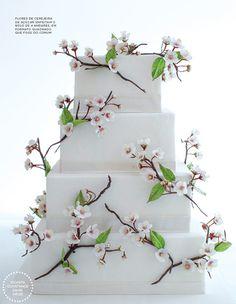 Bolo de casamento quadrado com flores de cerejeira de açúcar - minimalismo japonês decoração toda branca ( Bolo: The King Cake | Foto: Roberto Tamer )