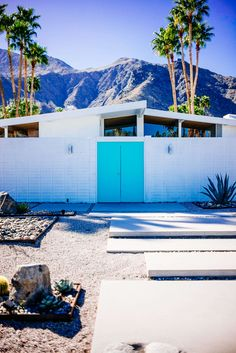Palm Springs Midcentury Home Tour - The Taste Edit - This teal door contrasts with the white house : Tour the beautiful Mid Century Homes in Palm Spring - Palm Springs Häuser, Palm Springs Restaurants, Palm Springs Style, Teal Door, Mid Century Exterior, Spring Door, Trendy Home, Mid Century House, Historic Homes