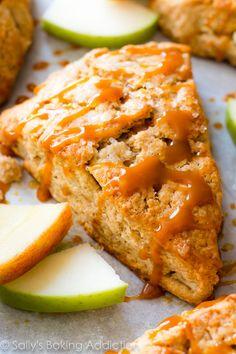 Homemade scones pomme à la cannelle avec des sommets croquants, des centres chauds, et bruines caramel.  Ils sont vraiment simple!