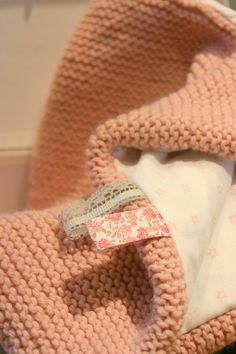 I don't see any pattern but I love this and I think it is a simple knit/purl blanket with a sewed on fabric (not sure ) Laine phildar vieux rose, 8 pelotes, aiguille point mousse Baby Knitting Patterns, Knitting Yarn, Hand Knitting, Baby Couture, Couture Sewing, How To Purl Knit, Knit Purl, Knitted Baby Blankets, Baby Sewing