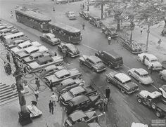 Carros transitando pela Rua Marechal Floriano, no Centro do Rio de Janeiro, outubro de 1959. Arquivo Nacional. Fundo Correio da Manhã.  BR_RJANRIO_PH_0_FOT_05577_003