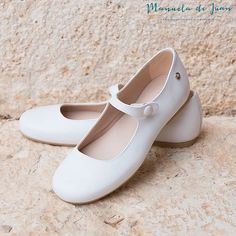 Our best-seller Mimi in white is always a good choice    Nuestras más vendidas Mimi en blanco serán siempre una buena elección  #manueladejuan #handmadeinsapain #100%natural #kidsshoes #shoesforkids #leathershoes #zapatosdemoda #zapatosdeniños #instakids #instashoes #cutekids #style #fashionshoes #newcolor#shinypink #uniqueshoes #repost #newshoes #summercollection