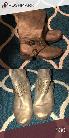 Cute day trip boots! They do have a scuff Scuffs on the toes but over all in great condition Daytrip Shoes