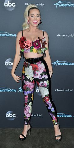 Katy Perry paired Dolce & Gabbana floral leggings with a bra covered in faux flowers and black stilettos for American Idol. American Idol, Katy Perry Outfits, Katy Perry Costume, Katy Perry Bikini, Airport Chic, Katy Perry Photos, Singer Fashion, Stripped Pants, People