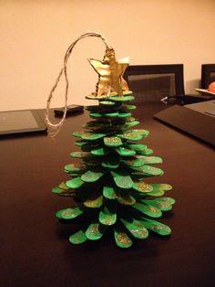 Árbol de Navidad hecho con palos de helado, cuerda y cartón