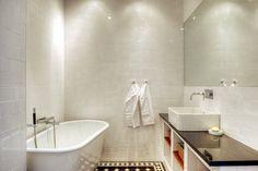 Den vanligaste tanken med vitt 10x10 många får är att ett stort badrum ser för rörigt ut. Detta badrum visar att det absolut inte behöver vara så!