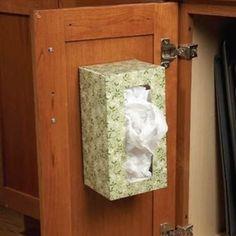 Accrochez une boîte à mouchoir sous votre évier pour ranger les sacs en plastique.