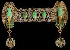 René Lalique - Ornamento da corsetto «Scarabées», recante nella parte centrale e nei  pendenti riproduzioni di scarabei, e, agli estremi, due donne-insetto con ali al posto delle braccia.  In oro, smalti, diamanti e crisoprasio - Parigi, 1889. Coll. privata