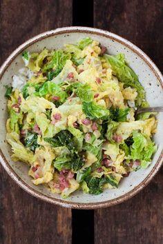 Wirsing mit Speck und Sahne - Alles was du brauchst ist Wirsing, Zwiebel, Speck, Sahne und Gemüsebrühe. Einfach und unglaublich lecker - http://Kochkarussell.com