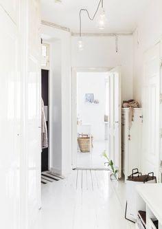 Eteisessä on hyvin tilaa pukeutumiselle. Vasemmalla olevien komeroiden ovet ovat alkuperäiset ja niille ei tarvinnut tehdä remontissa mitään.