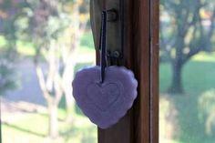 https://flic.kr/p/KcjJ1d   CORAZÓN VIOLETA PARA COLGARLO – HECHO DE CERA   Corazón violeta hecho de cera, con aceite 100% natural de menta; graneado lateralmente y decorado con detalles a mano alzada y una cinta púrpura y plata para colgarlo. Ideal para todas las habitaciones y ocasiones. Tamaño: 100 x 90 mm.  Artesanal.  También en:  www.ilmiomondoincera.com