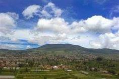 Tangkuban Perahu Bandung Indonesia  Tentang Tangkuban Perahu  Gunung Tangkuban Perahu terletak sekitar 30 kilometer di utara kota Bandung, lebih tepatnya di daerah Lembang, sekitar 30 menit dengan menggunakan kendaraan bermotor. - See more at: http://tiketpesawatklaten.blogspot.com/2014/02/tangkuban-perahu-bandung-indonesia.html#sthash.enuLwGqN.dpuf