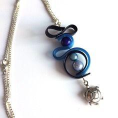 Collier sangle silicone bleue et noire ,tortue,perles