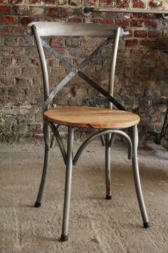 De metalen #bistro #stoel met houten zit, carbonkleurige afwerking, stevig én comfortabel. Aan slechts 79eur/stuk! Ook het model in natuurlijke afwerking is mogelijk alsook de in hoge bistro stoel #barak7nl #industriele #meubels
