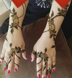 A delicate floral Arabic henna design. #khaleeji #uae #syria