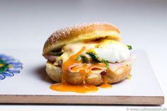 Eggs Benedict im Krapfen - pochierte Eier, Schinken, Spinat, Sauce Hollandaise.  Alaaf, Helau & gutes Fasching und Karneval Feiern!