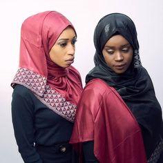 ATELIER SANAA KAN, lance des foulards 100% Africain en mariant le tissu Mauritanien et le pagne tissé sénégalais. Sanaa, Modele Hijab, Instagram, Fashion, Scarves, African, Fabrics, Gowns, Atelier