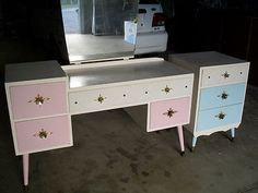 Pink & blue dressing table - Mid-Century pastel furniture/home decor ***Nice contrasting paint colors, and details around the drawer pulls. Mid Century Decor, Mid Century House, Mid Century Furniture, Mid Century Design, Blue Dressing Tables, Dressing Table Vanity, Dressing Room, Pastel Furniture, Retro Furniture