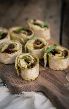 5 x wrap hapjes - The answer is food Wrap hapje caprese (uitgewerkt) Falafel Wrap, Falafel Vegan, Luncheon Recipes, Brunch Recipes, Snack Recipes, Crunchwrap Supreme, Food Vans, Lunch Wraps, Mini Sandwiches