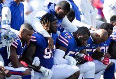 Varios jugadores del equipo Buffalo Bills se arrodillan durante el Himno Nacional como forma de protesta. Fotografía de Brett Carlsen para AFP. http://prodavinci.com/2017/09/25/actualidad/jugadores-de-la-nfl-y-duenos-de-equipos-desafian-a-trump-arrodillandose-durante-el-himno/?platform=hootsuite