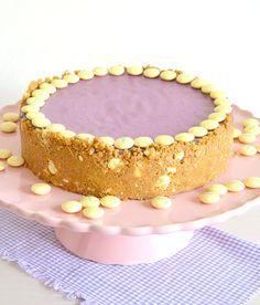 Cheesecake de arándanos con base de galletas y lacasitos de chocolate blanco