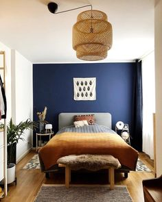 33 Epic Navy Blue Bedroom Design Ideas to Inspire You & Homesthetics & Inspiring ideas for your home. The post 33 Epic Navy Blue Bedroom Design Ideas to Inspire You appeared first on Dekoration. Navy Blue Bedrooms, Blue Bedroom Walls, Blue Rooms, 60s Bedroom, Blue Feature Wall Bedroom, Childrens Bedroom, Calm Bedroom, Navy Blue Walls, Colors For Bedrooms