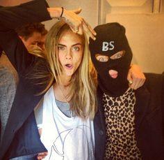 Para su primera foto juntos Cara le ha puesto su icónica balaclava El nuevo look de Harry Styles, by Cara Delevingne www.mujernova.es