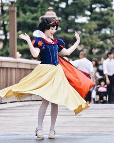 Disney Cosplay at its best! Sora at Disney World! Disney Cosplay, Cinderella Cosplay, Disney Princess Cosplay, Disneyland Face Characters, Disney Characters Costumes, Snow White Cosplay, Snow White Costume, Disney And More, Disney Love