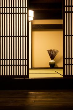 Shoji screen, tatami and vase Japan Interior, Japanese Interior Design, Japanese Home Decor, Japanese Design, Japanese Spa, Japanese Screen, Japanese Modern, Japanese Door, Japan Architecture