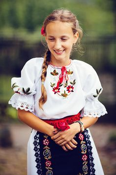 Girl in Romanian Folk costume. Folk Costume, Costumes, Ethnic Fashion, Out Of Style, Traditional Dresses, Russia, Europe, Ballet, Culture
