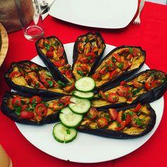 Rețeta: 4 vinete 5 linguri ulei de Masline Sare h Pentru ornare: 200g roșii cherry 1/2 lămâie (zeama) Pătrunjel Sare h Procedura: Se spală vinetele si se taie pe jumătate, pe lungime Se presară cu sare, se hasureaza cu cuțitul si se dau la cuptor pana se rumenesc. Când sunt coapte le puteți decora cu … I Want To Eat, Ratatouille, Zucchini, Vegetables, Ethnic Recipes, Food, Essen, Vegetable Recipes, Meals
