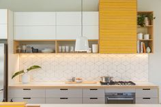white kitchen cabinets and ideas for kitchen tiles and splashbacks with kitchen shelves also cooktop Kitchen Room Design, Kitchen Sets, Modern Kitchen Design, Home Decor Kitchen, Interior Design Kitchen, Home Kitchens, Modern Kitchen Cabinets, Kitchen Tiles, Kitchen Shelves
