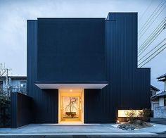 O arquiteto Kouichi Kimura teve um desafio complexo neste projeto: unir habitação e galeria no mesmo edifício. Recém construída no Japão a residência Framing é mais um projeto minimalista top que faz parte da paisagem oriental. Seu uso misto não tem conflito pois a tem duas entradas independentes. by arkpad