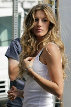 Over the past eight years of ELLE polls, Gisele Bündchen has consistently ranked as a top finisher. And now that early adopters of the lob are growing out their hair, long layers are more popular than ever. Gisele Bundchen, Wavy Hair, Her Hair, Blonde Hair, Gisele Caroline Bündchen, Messy Hairstyles, Pretty Hairstyles, Rio Grande Do Sul, Models