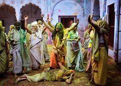 Die bunten Witwen von Vrindavan - mit dem Holi-Fest haben in Indien die Menschen den Frühlingsbeginn gefeiert. Dabei bewerfen sich die Menschen mit buntem Pulver. Auch diese verwitweten Frauen im indischen Bundesstaat Uttar Pradesh
