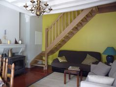Salle de séjour avec escalier donnant sur l'étage et les chambres