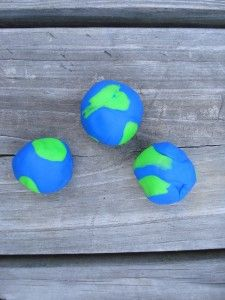 Great fun for Earth Day - make a play dough earth! So cute, too.