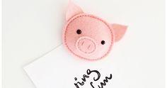 An meinem Kühlschrank prangt ein neuer Magnet, ein selbst genähter Filzmagnet in Schweineform – natürlich in Schweinchenrosa. Ist der...