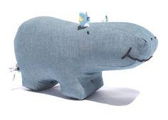 PAULA ist sowas wie ein Nilpferd. Sie hat ne Spieluhr im Po und hilft nicht nur den Kleinen beim Einschlafen.  Sie ist aus weichem, vorgewaschenem Bio-Jeans-Stoff genäht (100% BW) und hat...