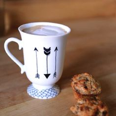 Easy and pretty way to decorate your coffee mugs with a sharpie! (in French with English translation)