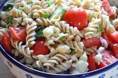 Hvad skal vi grille og hvad med grilltilbehøret? Her får du en opskrift på en frisk grøn mættende pastasalat med tomater, perfekt til grill. Stop madspild