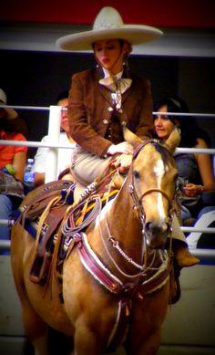 Cuando me visto de Charra me visto de México // side saddle Mexican style // Horses // Hollywood Dun It daughter // Charreria //